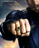 Pôster da 3ª temporada de Supergirl - Mon-El com o anel da Legião