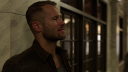 Vincent po kryjomu dostarcza Dinah przestępce pod komisariat (1)