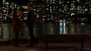Vincent romansuje z Dinah nad rzeką (3)