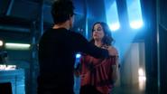 Harry głupiejąc próbuje pomóc Caitlin w odzyskaniu mocy