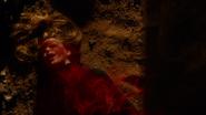 Kryptonita Vermelha saindo do corpo de Kara