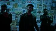 Flash i Caitlin Snow odwiedzają Norvoka w poszukiwaniu Amunet