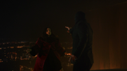 Damien ratuje Norę przed swoją młodszą wersją (1)