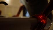 Anissa niszczy umywalkę, odkrywając swoje moce (2)