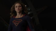 Supergirl fight with Flash because Dominators control her mind (4)