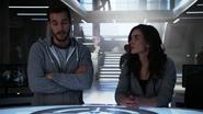 Imra i Mon-El opowiadają przyjaciołom w D.E.O. o przyszłości (2)