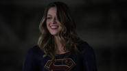 Supergirl meet other heroes with E-1 (3)