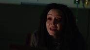 Constantine odprawia egzorcyzm na Emily w Star City (5)
