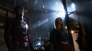Supergirl and Flash team up (7)