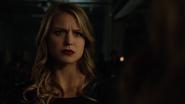 Overgirl obraża Supergirl przed ogłuszeniem
