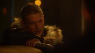 Leo Snart namawia Raya Terrilla do wstawienia się za bohaterami Ziemi-1 (2)