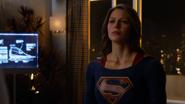 Supergirl confrontando Maxwell Lord