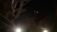 Supergirl fight with Flash because Dominators control her mind (3)