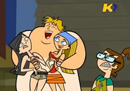 TDI Owen nudo abbraccia Heather e Lindsay