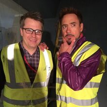 Robert Downey Jr. am Set von die Avengers.jpg
