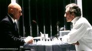 Charles und Erik spielen Schach