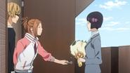 Iwase przychodzi z gratulacjami do Takagiego i Kayi