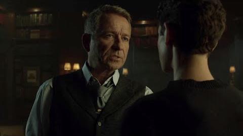 Alfred presiona a Bruce para que tome una decisión difícil