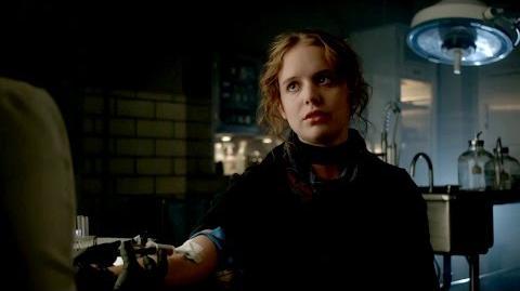 Alice le cuenta a Leslie sobre su hermano, el Sombrerero Loco.