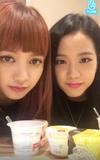 Jisoo and Lisa V Live 170928.png
