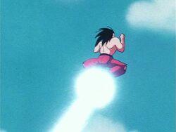 En Goku fent un Kamehameha de peus