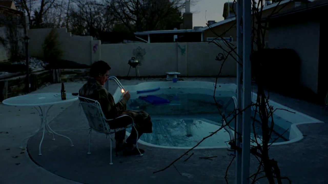 1x01 - Walt by the poolside.jpg