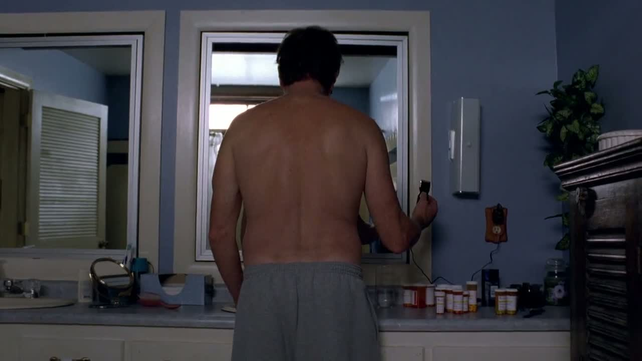 1x06 - Walt about to shave his head.jpg