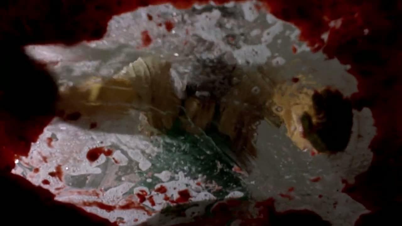 1x03 - Walt cleaning.jpg