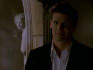Buffy se encuentra con Ángel en el mausoleo