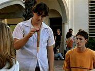 Xander le devuelve la estaca a Buffy