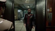 Крайние меры Захаев заходит в лифт