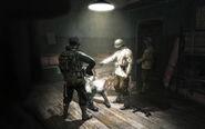 Soldats russes interrogeants un soldat nazi
