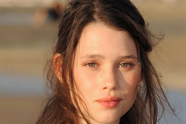 Astrid-Berges-Frisbey-philip-and-syrena-22473041-650-435.jpg