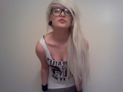 Alternative-blonde-girl-glasses-hair-Favim.com-421265.jpg