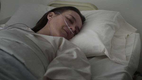 Olivia-Williams-D1-Emily-wakes-up-Counterpart-Season-1-Episode-10-No-Mans-Land.jpg