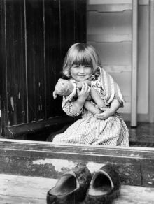 Bambini - bambina alla finestra. felicita. orsachiotto imagefull.jpg