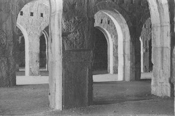 THE INTERIOR OF SOLOMON'S STABLES ON THE TEMPLE MOUNT IN THE OLD CITY OF JERUSALEM, DURING THE OTTOMAN ERA. צילום פנים של אורוות שלמה על הר הבית בעיר העתיקה בירושלים.