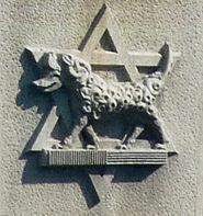 Lo stemma della Brigata Ebraica scolpito sul Ponte rappresenta il lupo vestito da agnello simbolo delle azioni sotto copertura