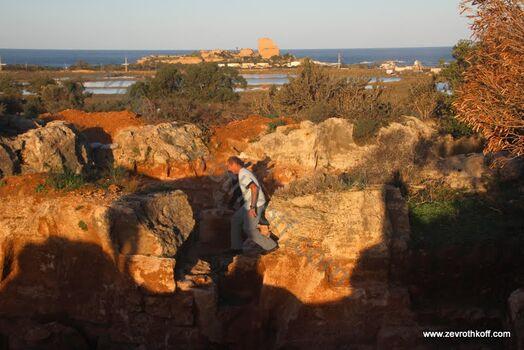 מחצבה עתיקה ומבצר עתלית ברקע
