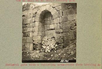 שער לבית הכנסת באשתמוע