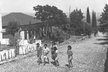 THE MAIN STREET IN ROSH PINA. ילדים מטיילים ברחוב הראשי במושבה ראש פינה.D30-050