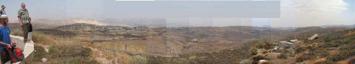 תצפיות מהר קידה מזרחה. מימין לשמאל: מדבר יהודה, בקעת הירדן ומעבר לה הרי הגלעד, וצפון-מזרח השומרון. מאי 2008