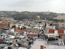 מראה פנורמי מדהים של העיר העתיקה והר הבית המתגלה מגג מגדל פצאל במוזיאון