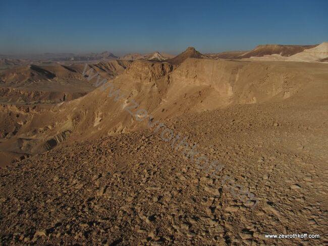 תצפית הר מרפק למערב. מפער פיטם באופק