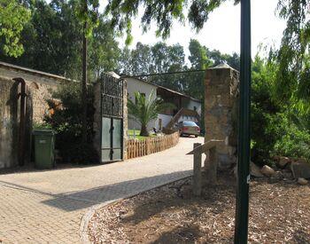 03 Hefziba Farm Hedera the gate of farm house
