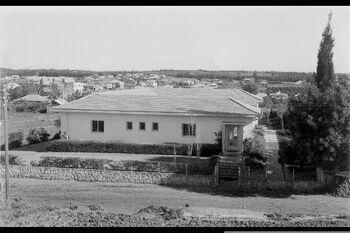 A GENERAL VIEW OF HOMES IN KFAR SABA. מראה כללי של שיכונים בעיר כפר סבא.D562-036