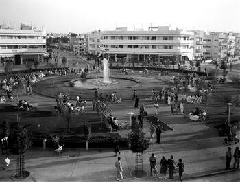THE DIZENGOFF SQUARE CIRCLE IN TEL AVIV. כיכר דיזינגוף בתל אביב.D403-037