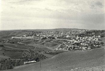 VIEW OF THE OLD CITY OF JERUSALEM IN THE BEGINNING OF THE 20TH CENTURY. נוף פנורמי של העיר העתיקה בירושלים בראשית המאה ועשרים.D728-062