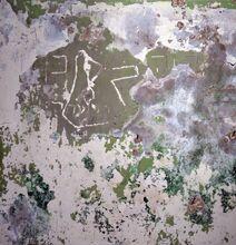 בין כתובות הגרפיטי שנתגלו על הטייח במבנה הקישלה במקום שהיו תאי המעצר, גם סמל האצ ל