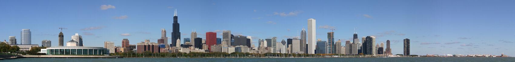 מרכז העיר שיקגו במבט מפלנטריום אדלר. הבניין השטוח עם החלונות הגדולים משמאל הוא האקווריום. בתמונה נראים גם מגדל סירס ומרכז ג'ון האנקוק. קטע היבשה הימני ביותר הוא הנייבי פיר.